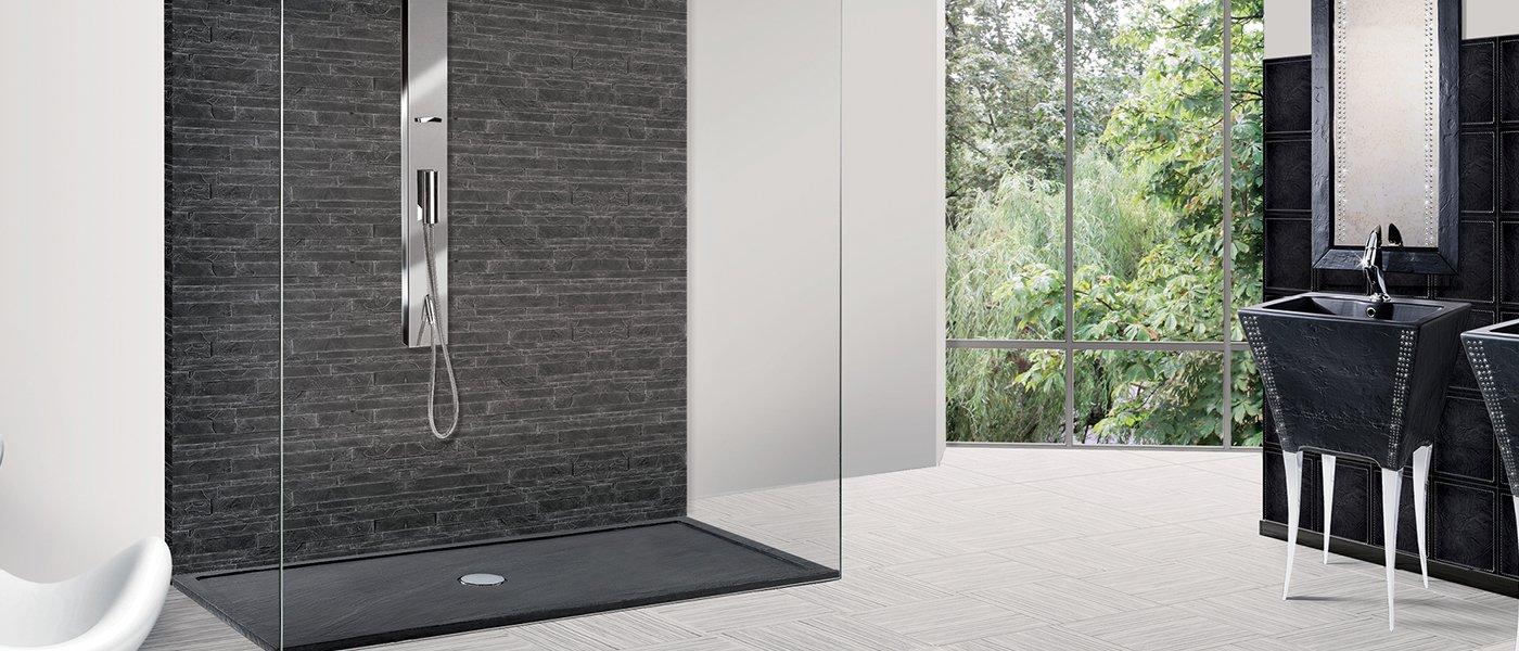 vista di un box doccia in un ampio bagno moderno