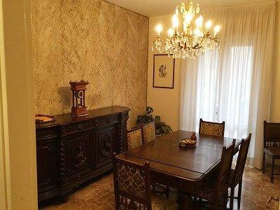 una sala con dei mobili e un tavolo in legno