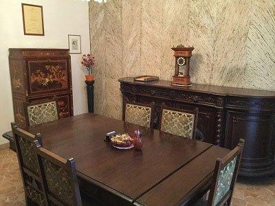 una stanza con un tavolo e dei mobili in legno