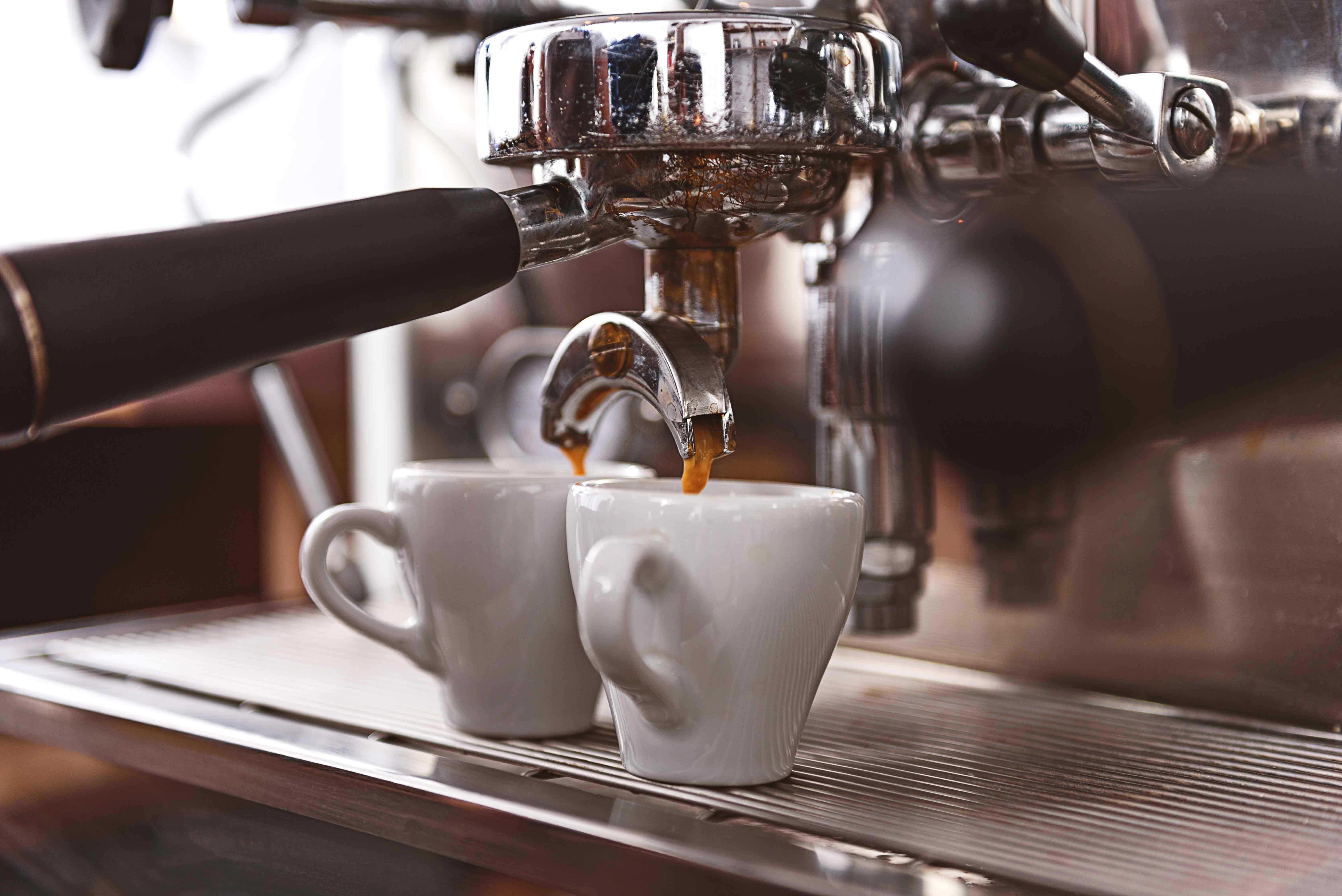 Espresso preparato in un bar