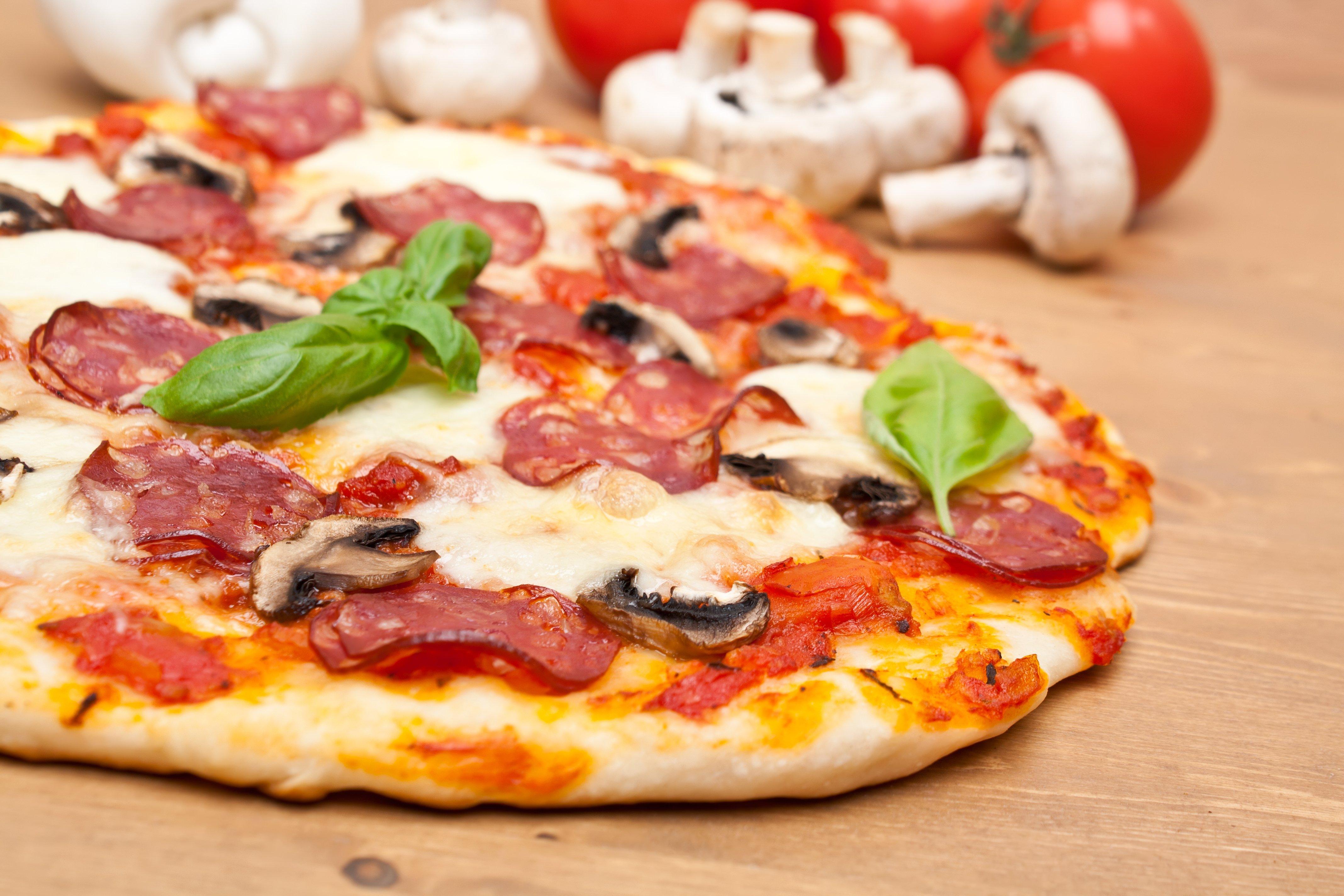 Pizza fatta in casa su un tavolo