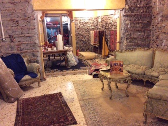 interno negozio con divano e tappeti