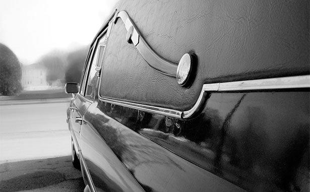 Vista laterale del carro funebre