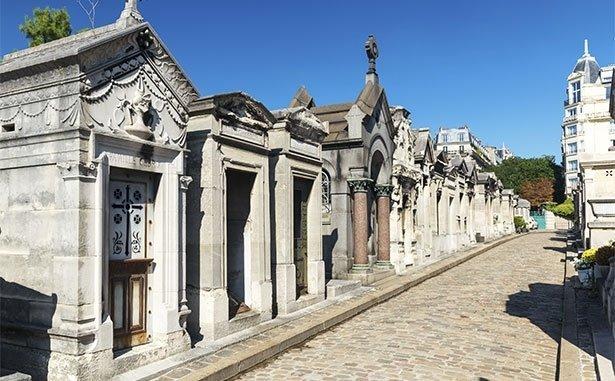 Vista di una strada del cimitero
