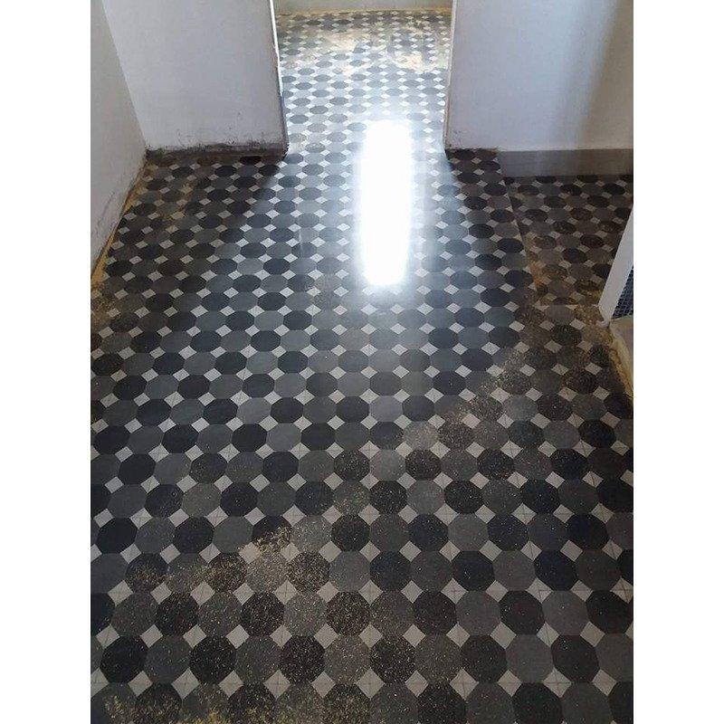 un pavimento in piastrelle di color bianco, nero e grigio scuro