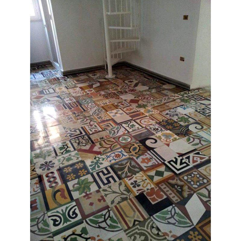 un pavimento fatto con le piastrelle di vari disegni
