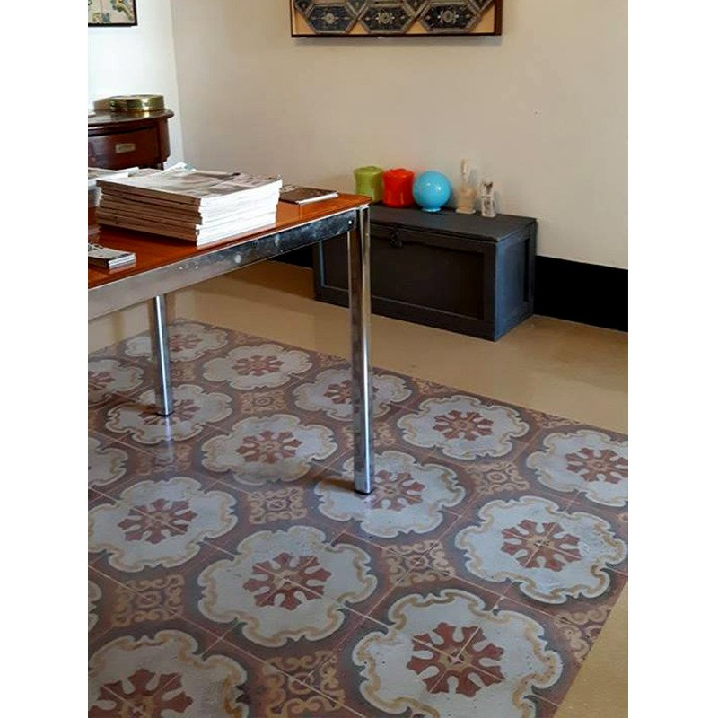 un  pavimento con le piastrelle di color marrone con i disegni di fiori