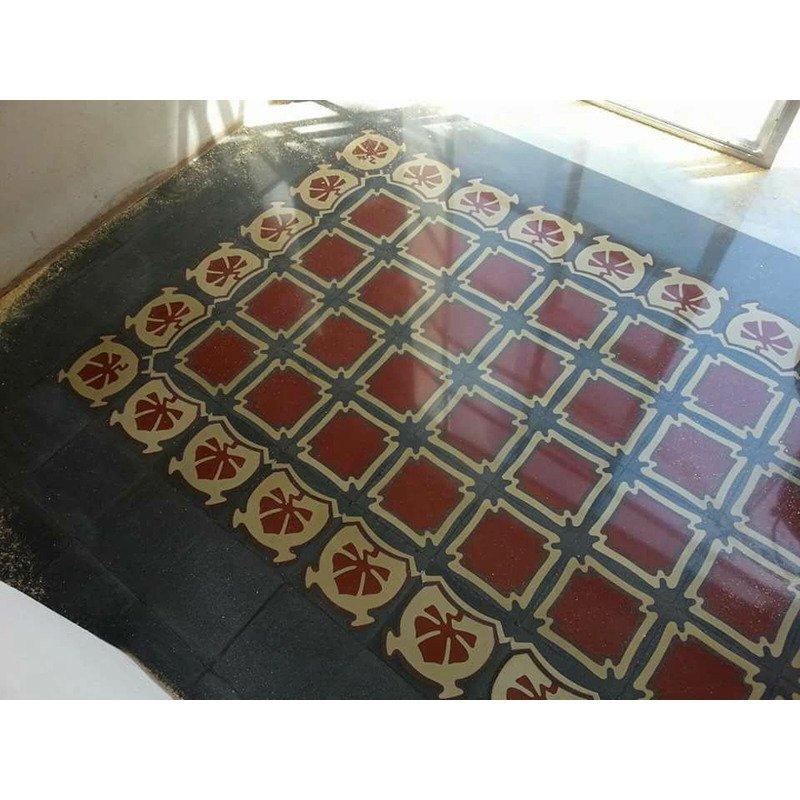 un pavimento con delle piastrelle di color grigio e marrone