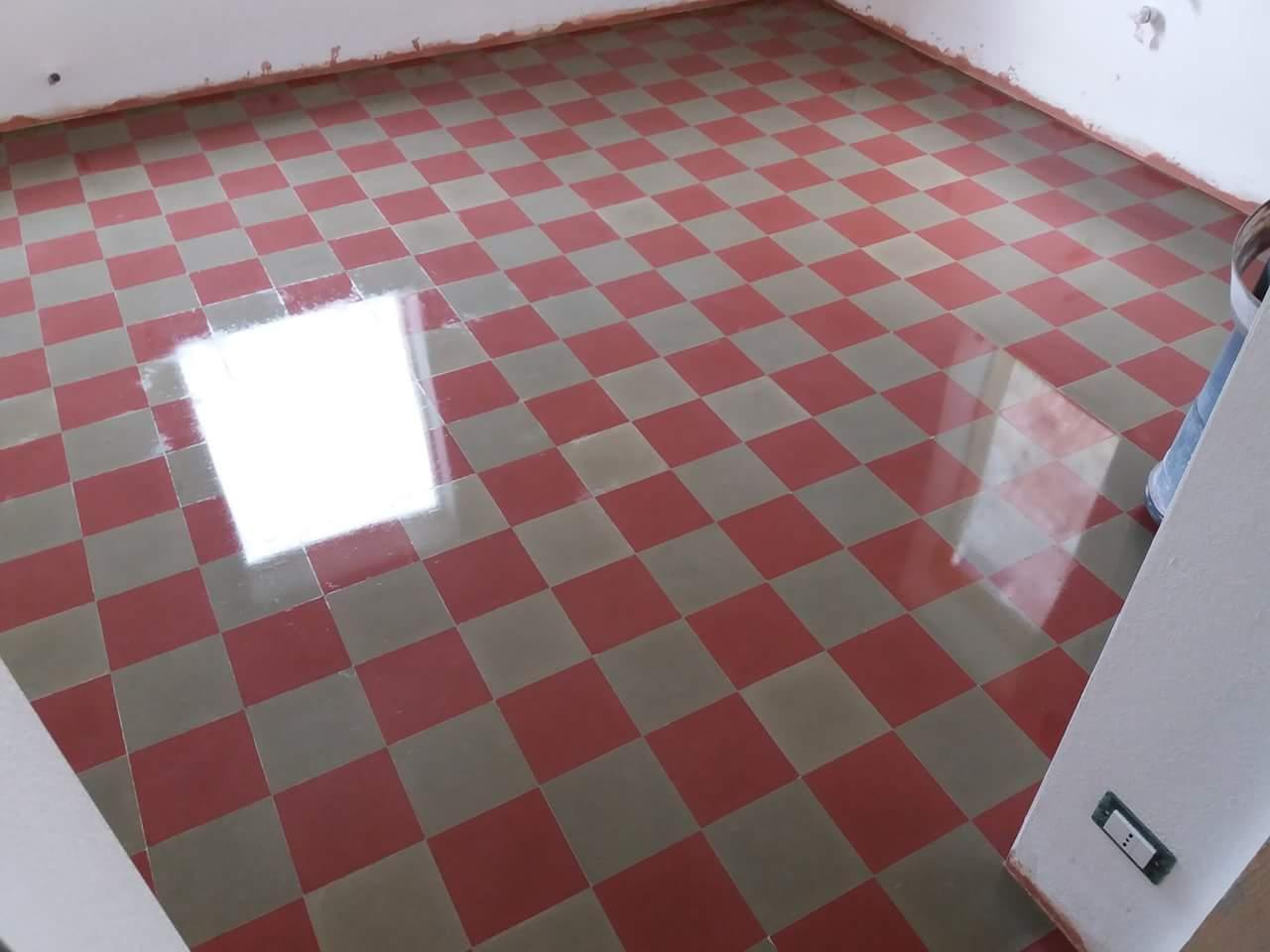 un pavimento a scacchi di color grigio e rosso