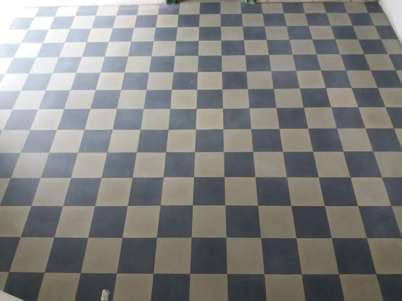 un pavimento a scacchi di color  nero e grigio