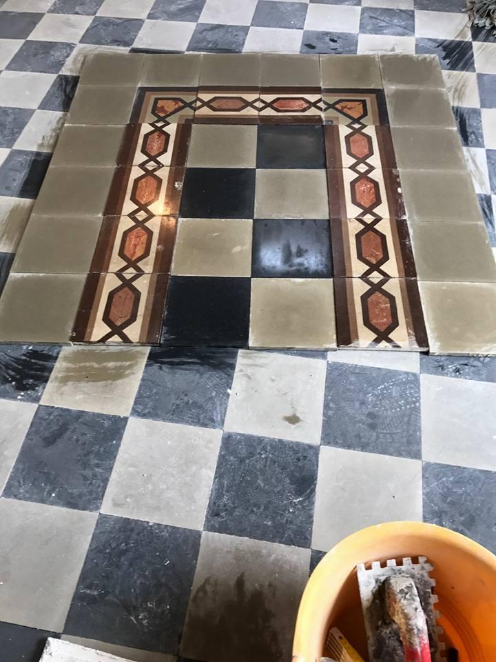 delle piastrelle a scacchi di color grigio e nero con i bordi delle piastrelle di color bianco e marrone