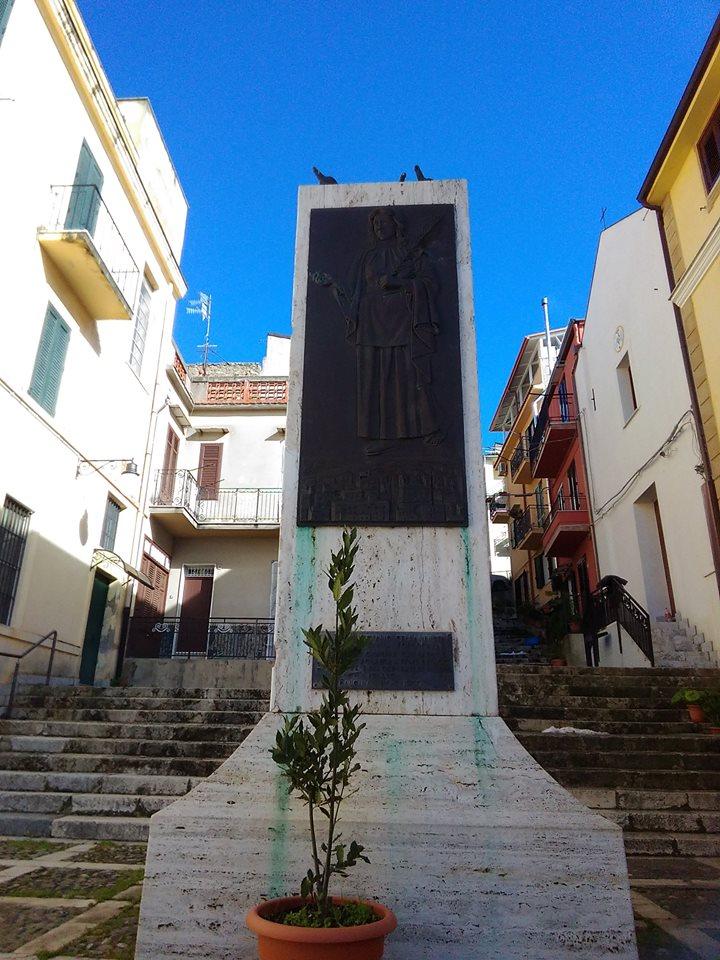 un monumento e intorno delle case