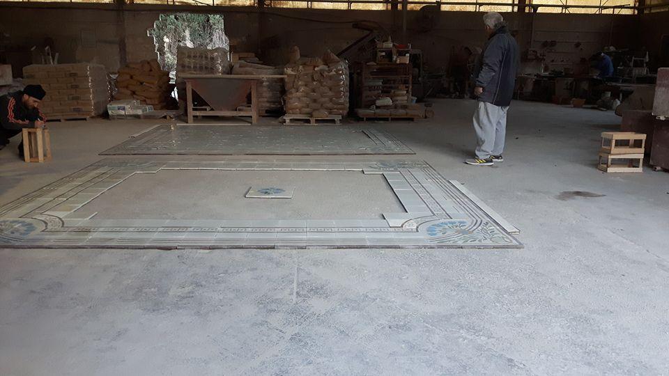 delle piastrelle appoggiate sul pavimento in un magazzino