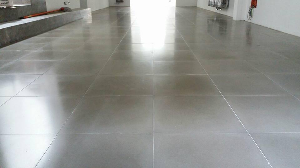 un pavimento con delle piastrelle di color grigio lucido