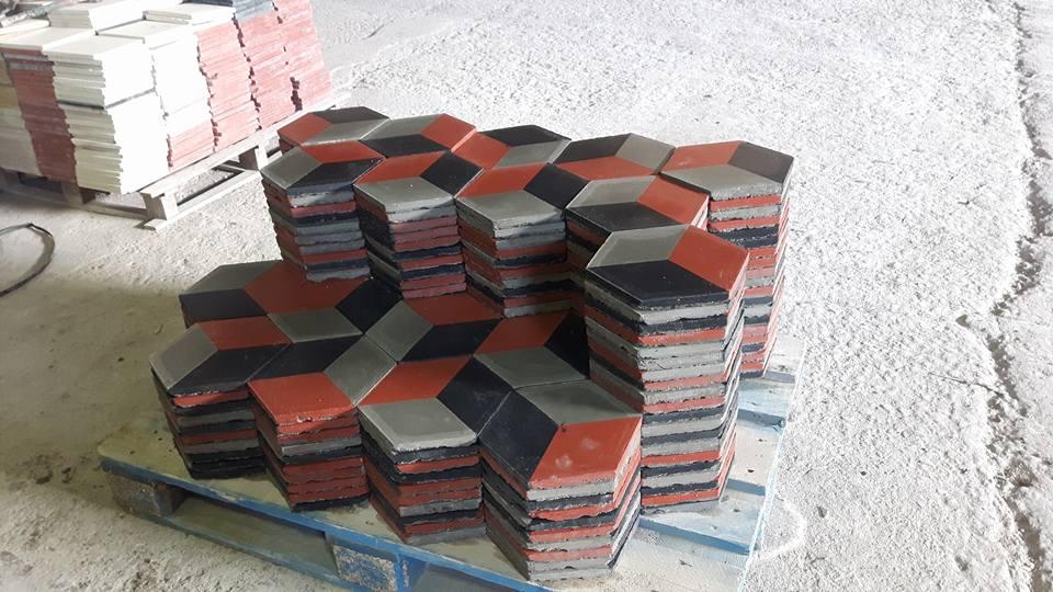 delle piastrelle a forma esagono a color nero, arancione e grigio