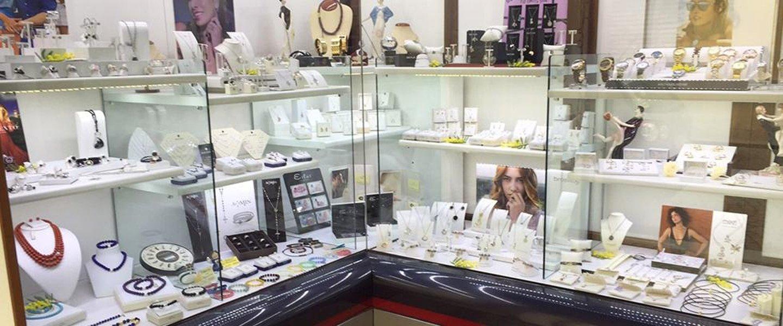 vetrina espositiva con orologi, anelli e collane