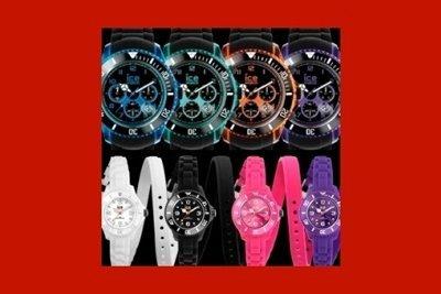 quattro orologi con cassa in acciaio e quattro orologi in silicone