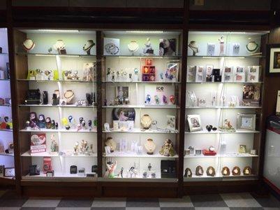 vetrine espositive con gioielli e bigiotteria