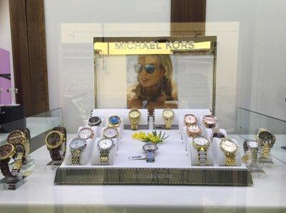 vetrina espositiva con orologi da donna
