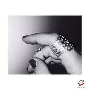 dito indossa anello a fascia