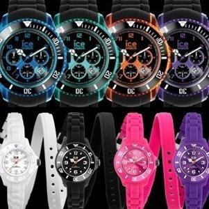 quattro orologi con cassa blu, verde, arancione e viola e quattro orologi in in silicone