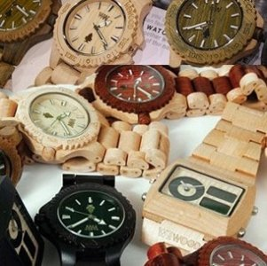 orologi in legno di colori e forme diverse