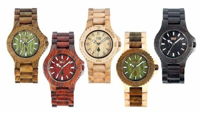 orologi in legno di diversi colori