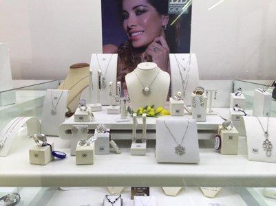 vetrina espositiva con gioielli da donna