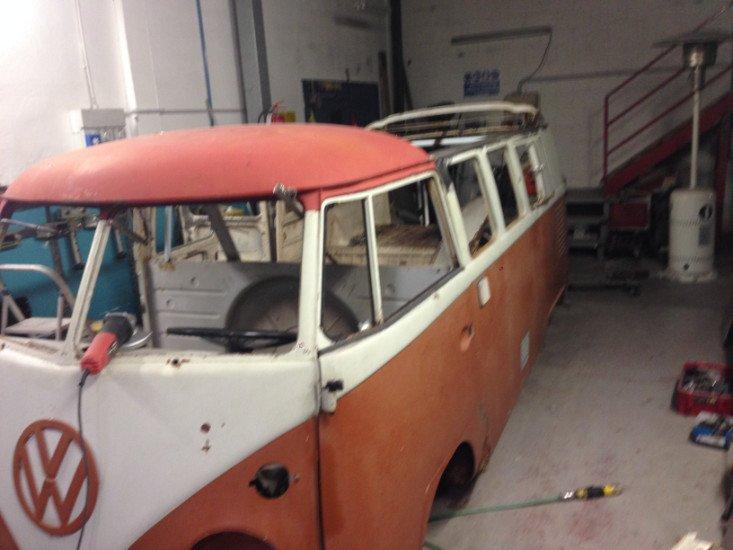 un Van bianco e arancione Wolkswagen
