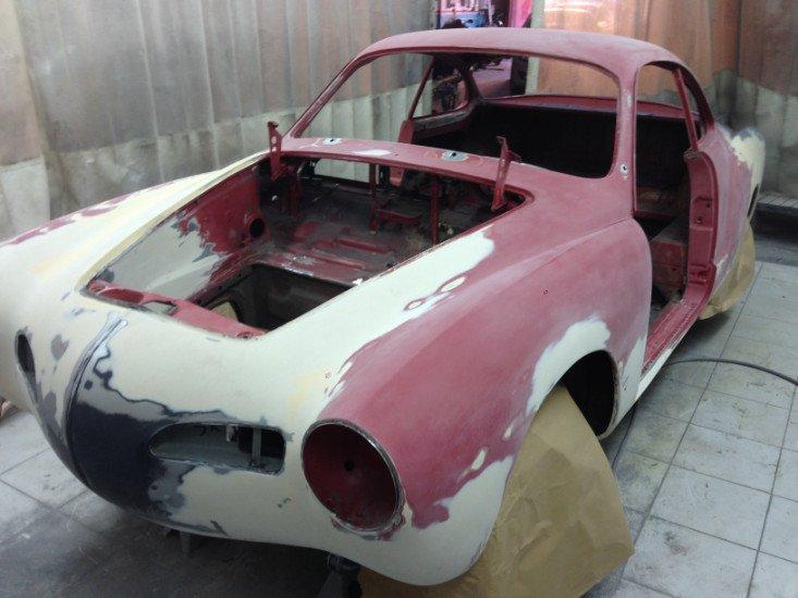 una carrozzeria di una macchina bianca e rosa