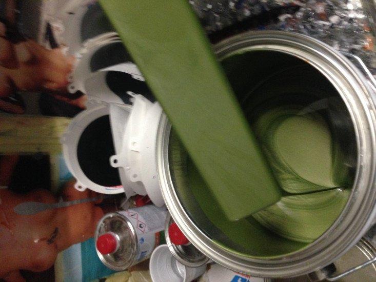 un barattolo di vernice verde