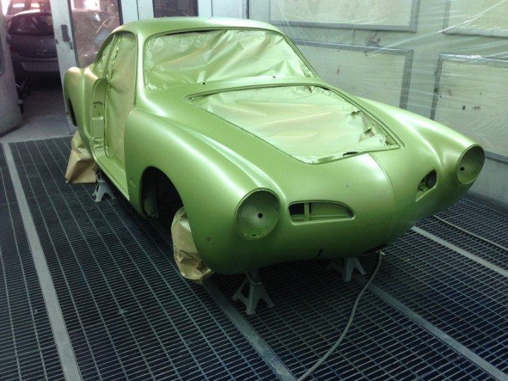 la carrozzeria di una macchina verniciata di verde