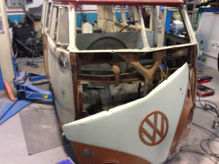 un Van bianco e arancione Wolkswagen smontato