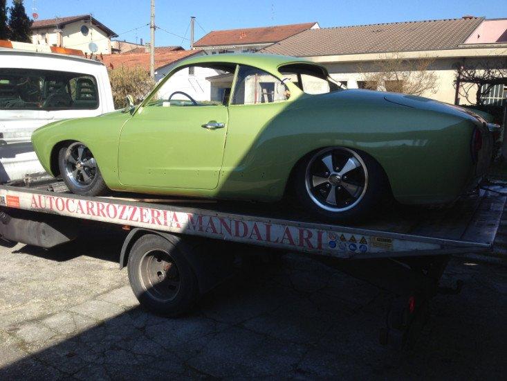 una macchina verde su un carro attrezzi
