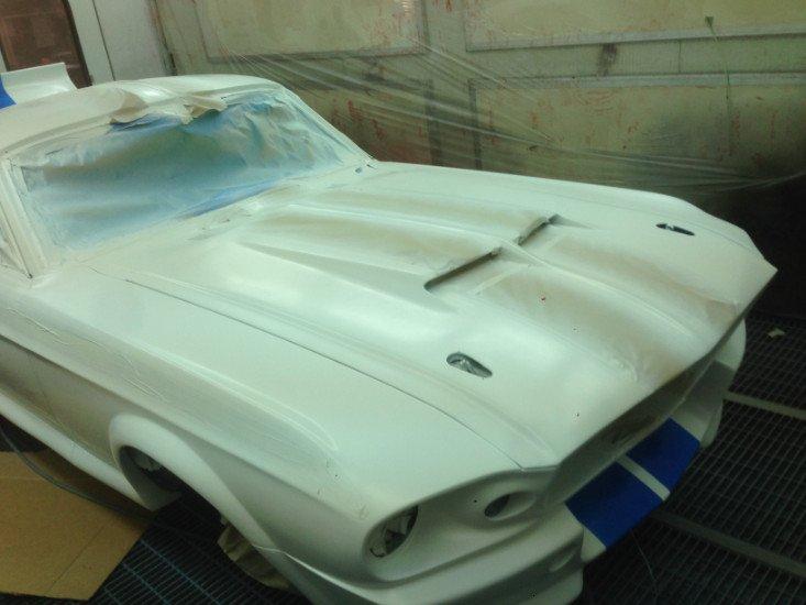 una macchina verniciata di bianco con strisce blu