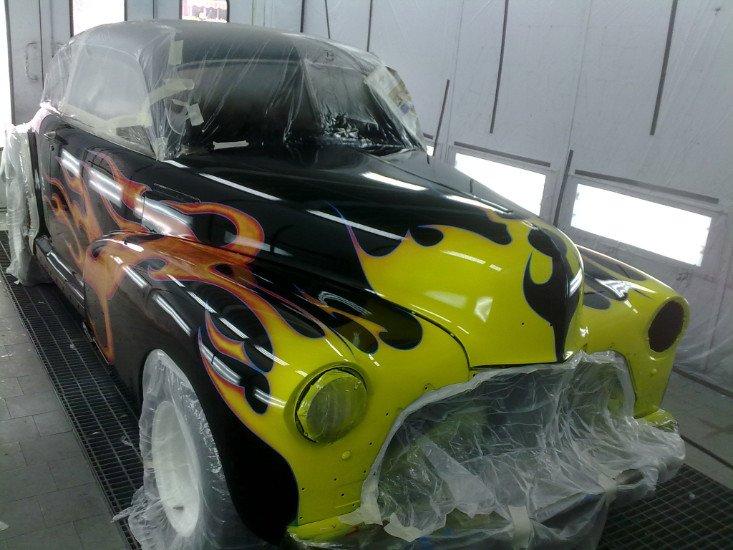 una macchina nera a fiamme arancioni,rosse e gialle