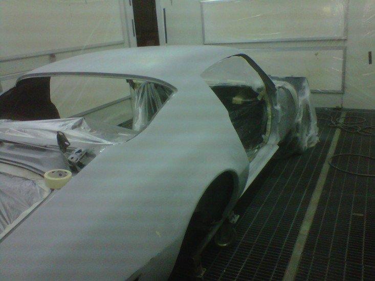 una macchina verniciata di bianco