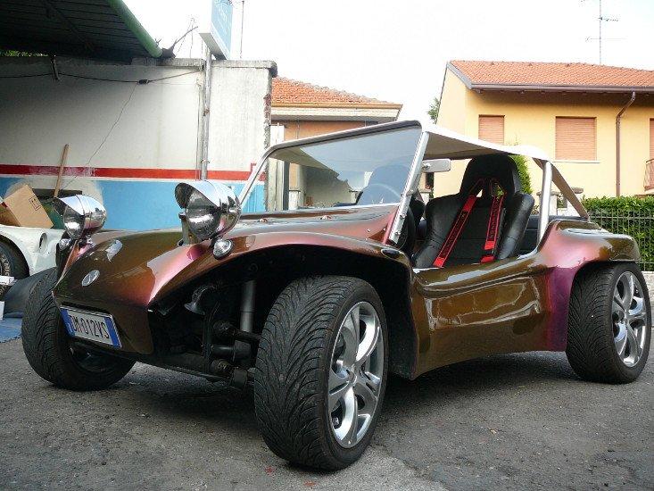 una macchina marrone a due posti
