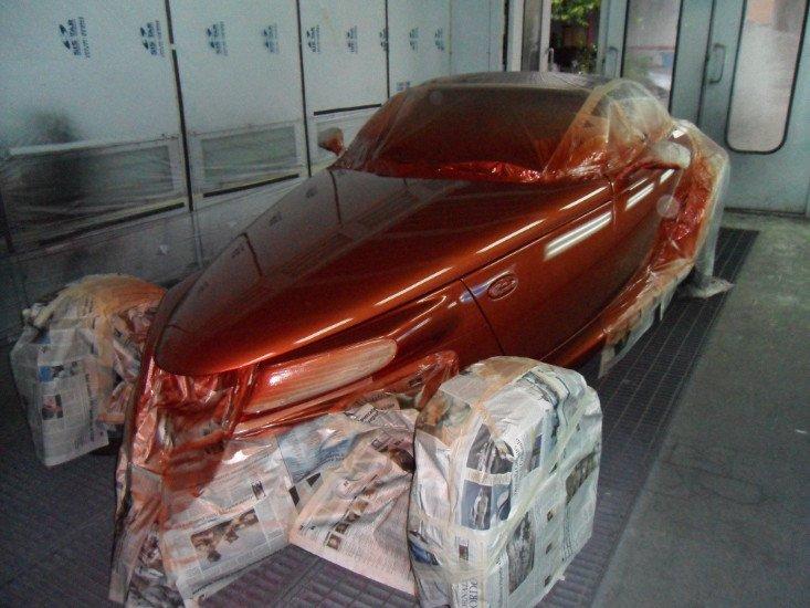 una macchina verniciata di arancione scuro