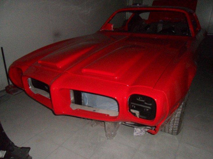 la carrozzeria di una macchina verniciata di rosso