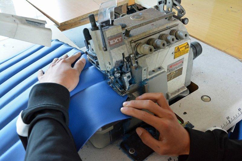 mani che assicurano la giusta guida in una macchina da cucire