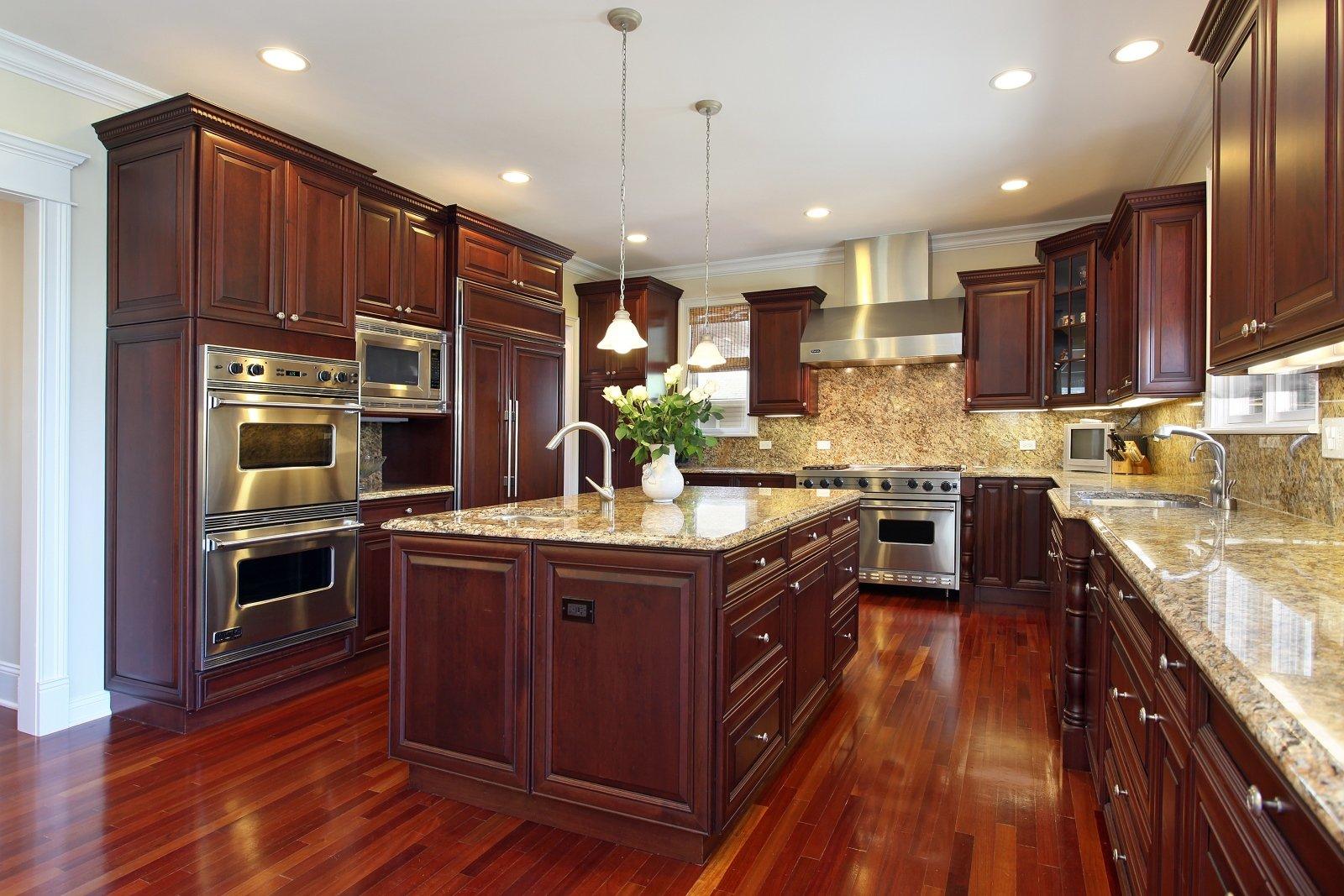 cucina con mobili e pavimento in legno