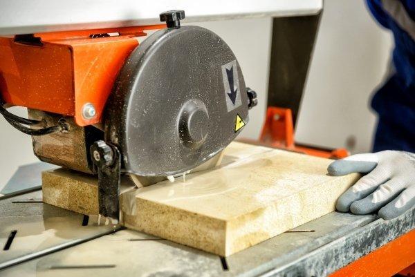 sega elettrica durante il taglio di un pezzo di legno