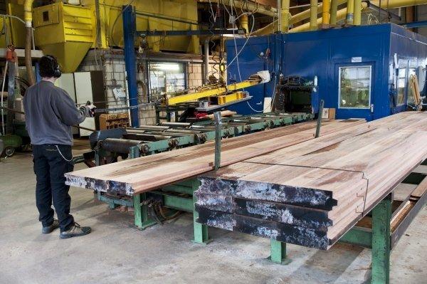 operaio in un capannone industriale