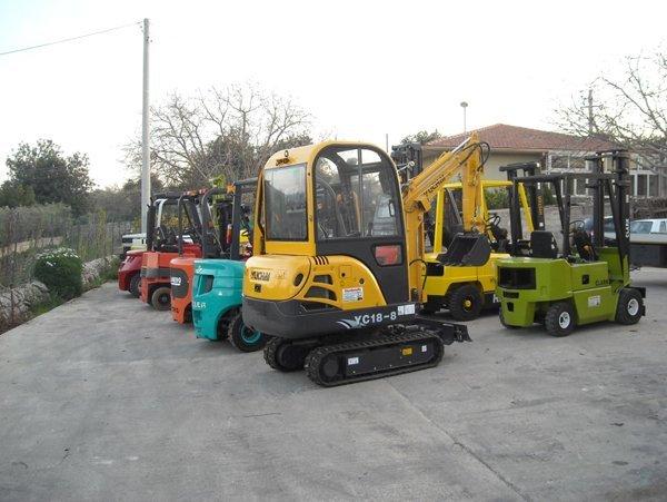 Miniescavatori parcheggiati in serie