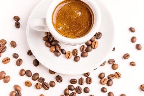 caffè e composizioni di frutta