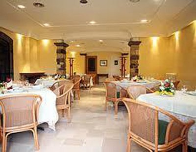 Tavoli con tovaglie bianche e sedie in legno