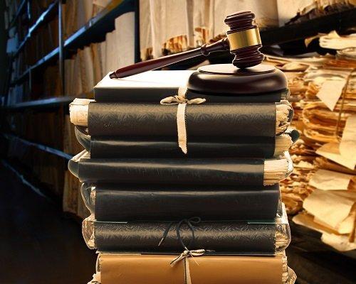 libri e documenti accatastati