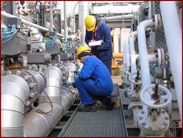 Due operai controllano delle tubature