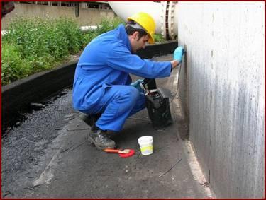 Operaio esegue un rilievo su un serbatoio dell'olio
